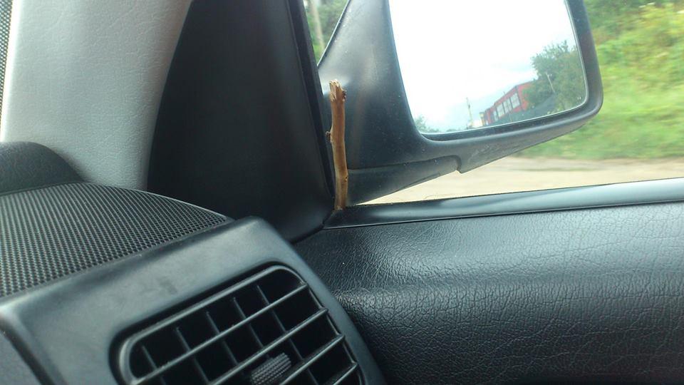 С отвертка, а по-късно и с дървена клечка на прозореца на колата